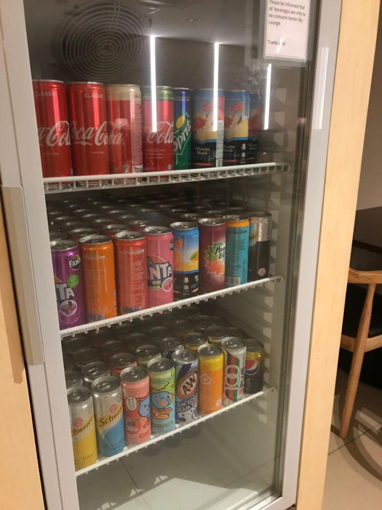 ロイヤルブルネイ航空の「SKY LOUNGE」ラウンジ内・ドリンク冷蔵庫