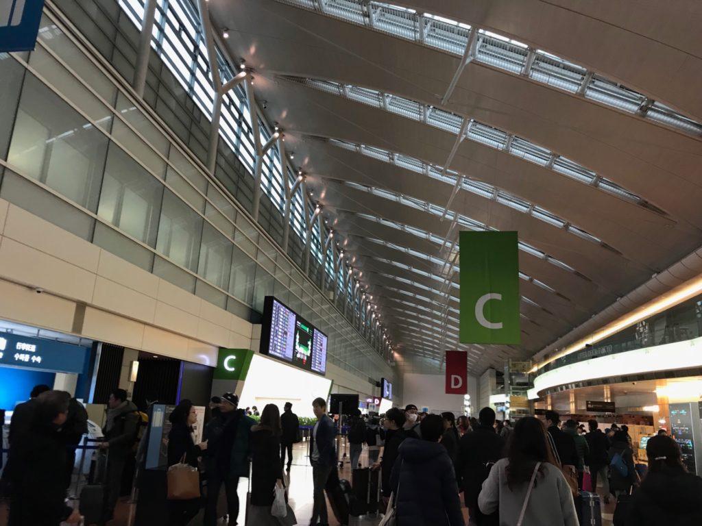 羽田空港国内線のチェックインカウンター前の写真です。