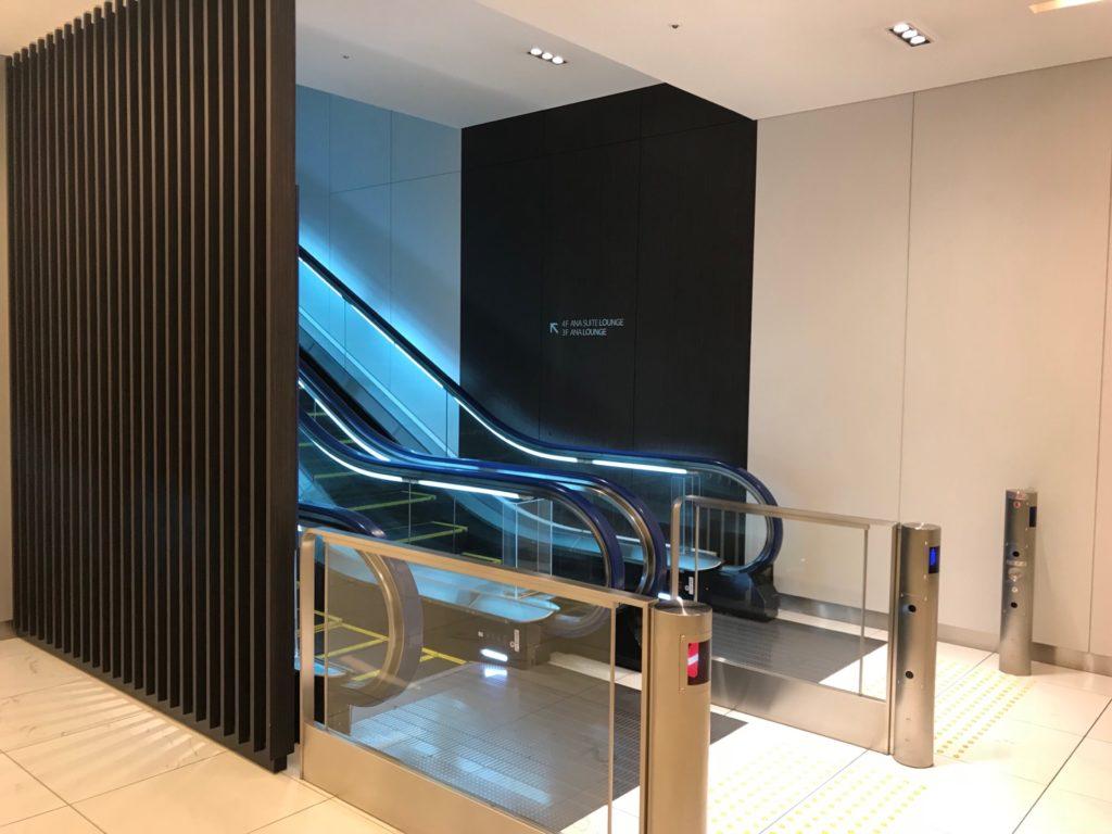 羽田空港国内線のANAラウンジ前の入り口のエスカレーター写真です。