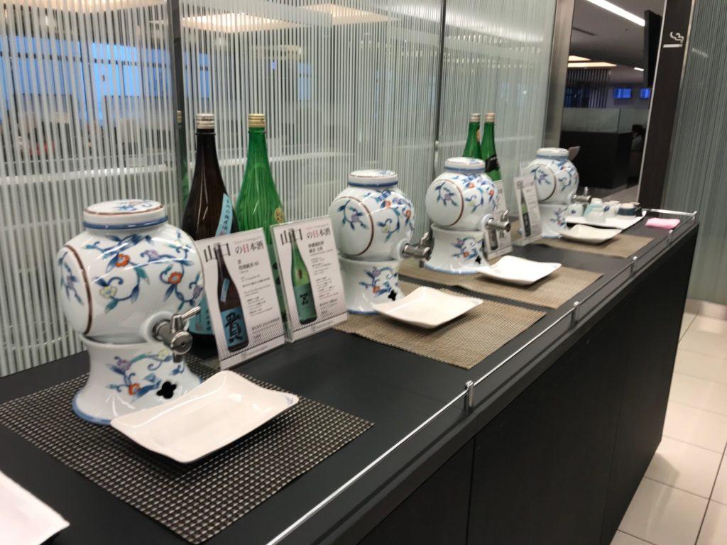 羽田空港国内線のANAラウンジの日本酒の写真です。