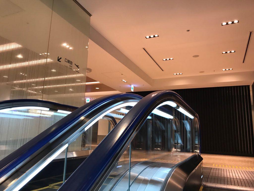 羽田空港国内線のANAラウンジ・エスカレーターに登った後の写真です。