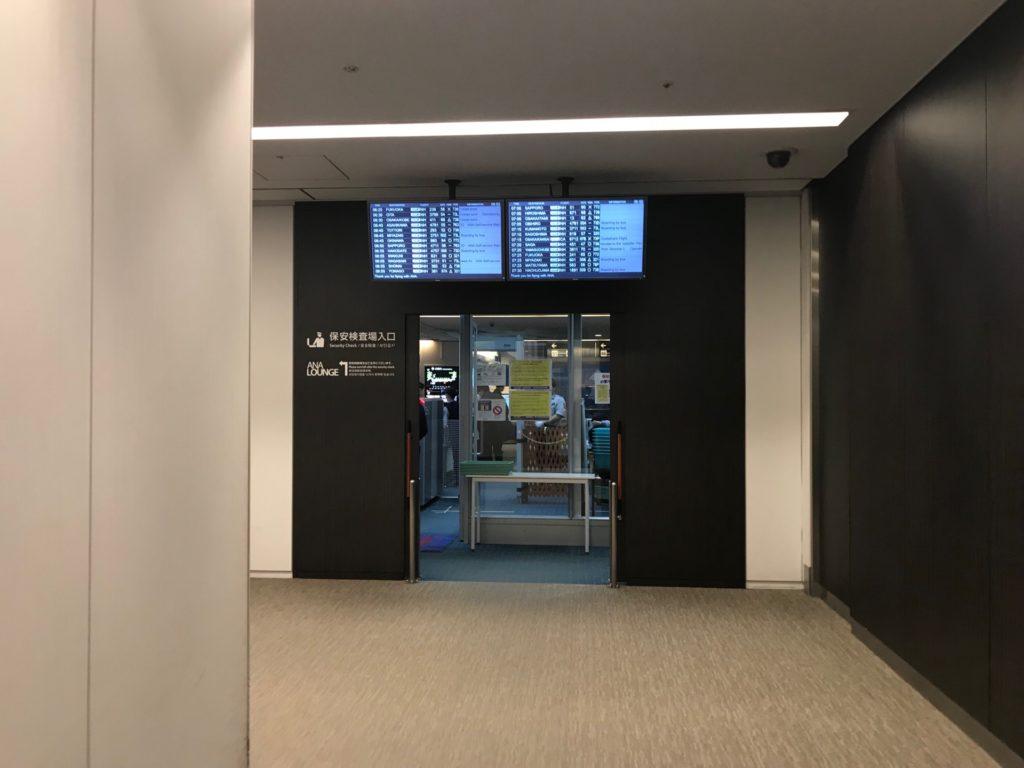 羽田空港国内線のANAプレミアムチェックイン保安検査場前です。