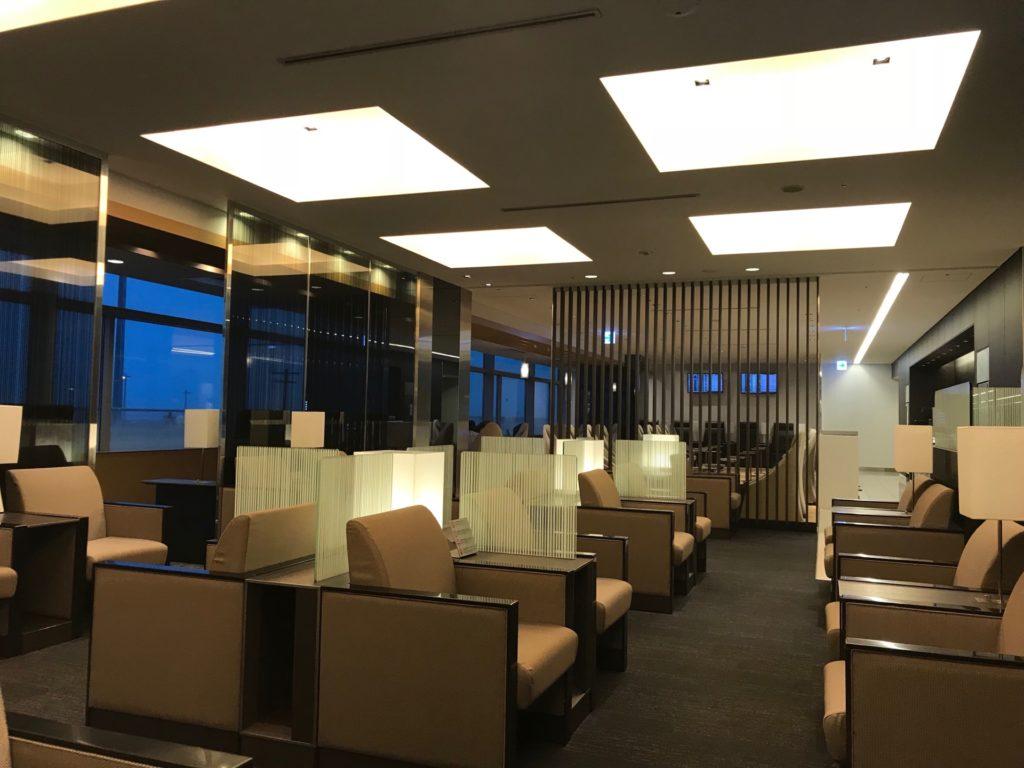 羽田空港国内線のANAラウンジの内部の写真です。