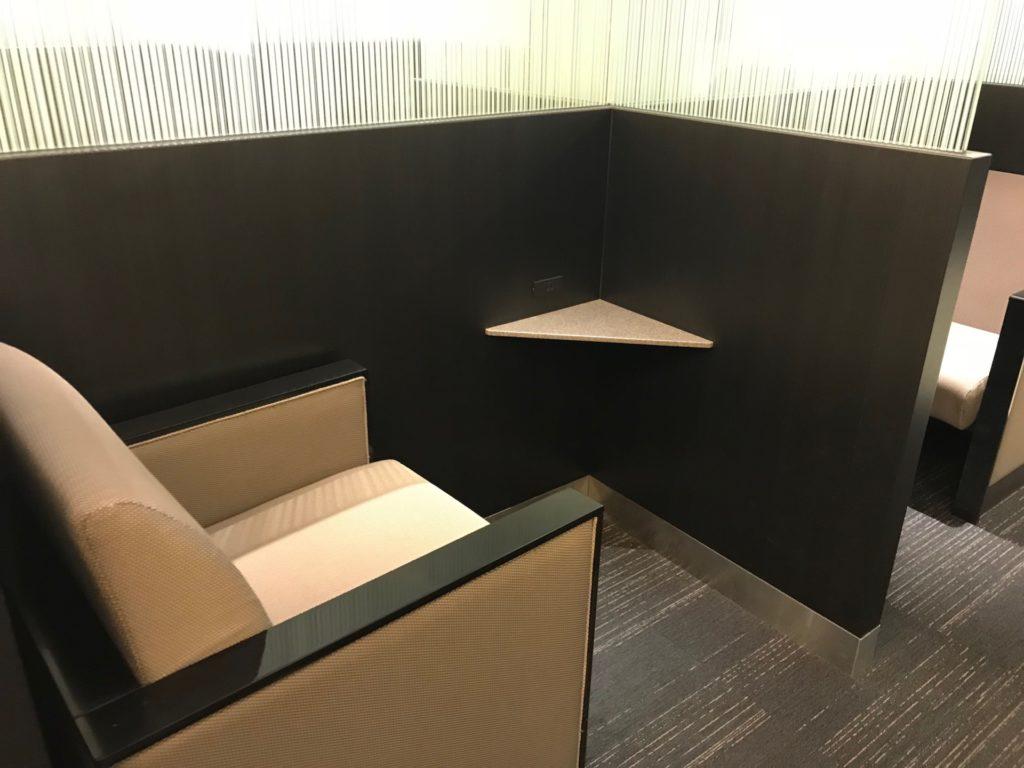 羽田空港国内線のANAラウンジのソファーの写真です。