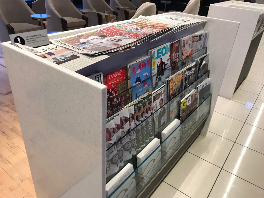 羽田空港国内線のANAラウンジに設置してある雑誌類の写真です。