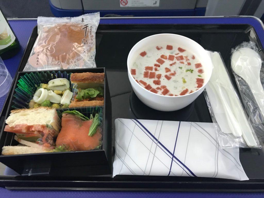 ANAプレミアムクラスの食事。朝食メニューの配膳時の写真です。お弁当の中身が美味しそうです。
