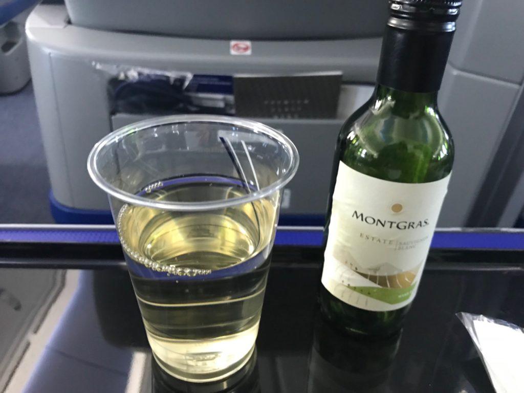 ANA・プレミアムクラスのドリンク。白ワイン(モントグラス・ヴァライエクル ソーヴィニオン・ブラン)。