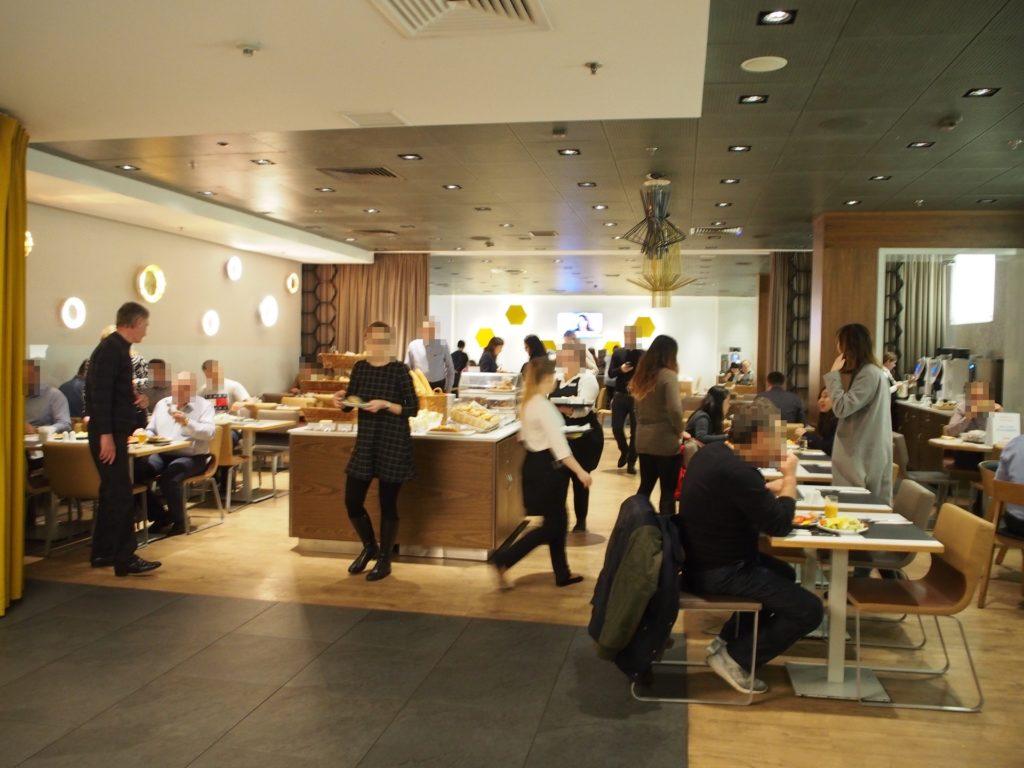 ノボテルワルシャワセントラムホテルの朝食風景の写真です。