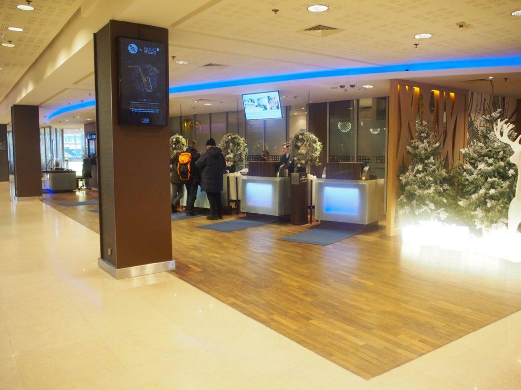 ノボテルワルシャワセントラムホテルのフロント・ロビーの写真です。