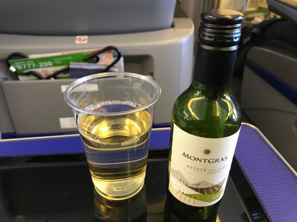 プレミアムクラスで提供される白ワイン