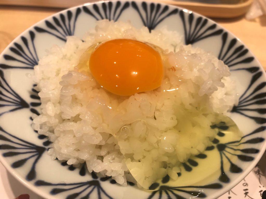 「卵かけご飯(境港産 焼き鮭)定食」の「天美卵」と白米
