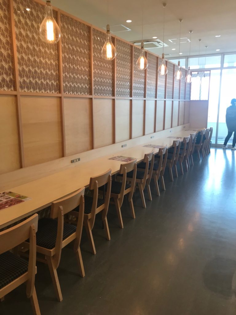 大江ノ里自然牧場のレストラン店内・カウンター席