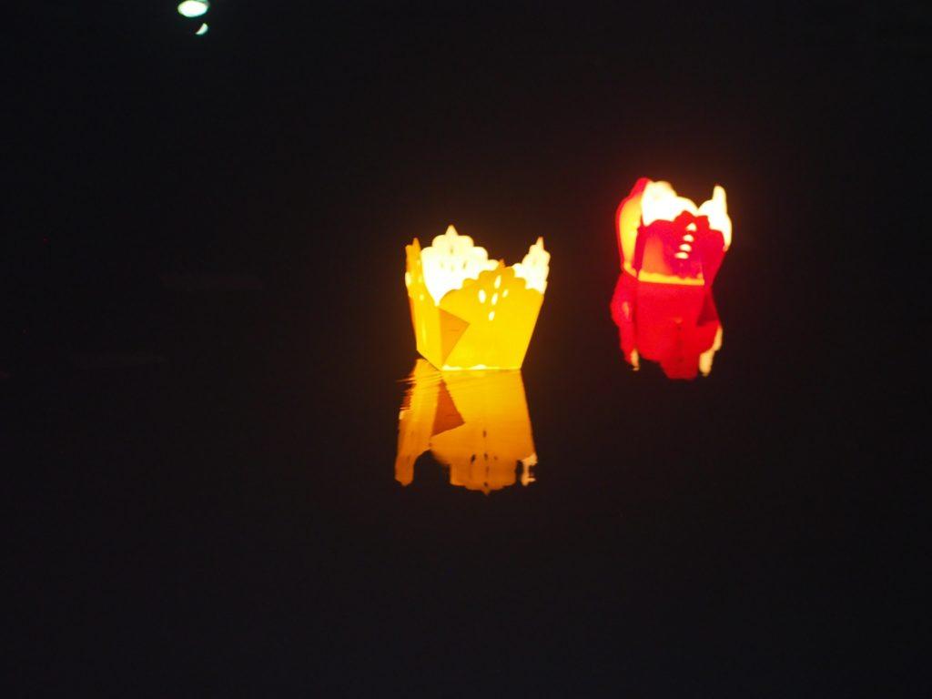 ホイヤンのトゥボン川に流れる灯籠