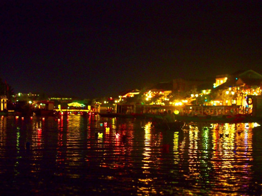 ホイヤンのトゥボン川から見る夜景