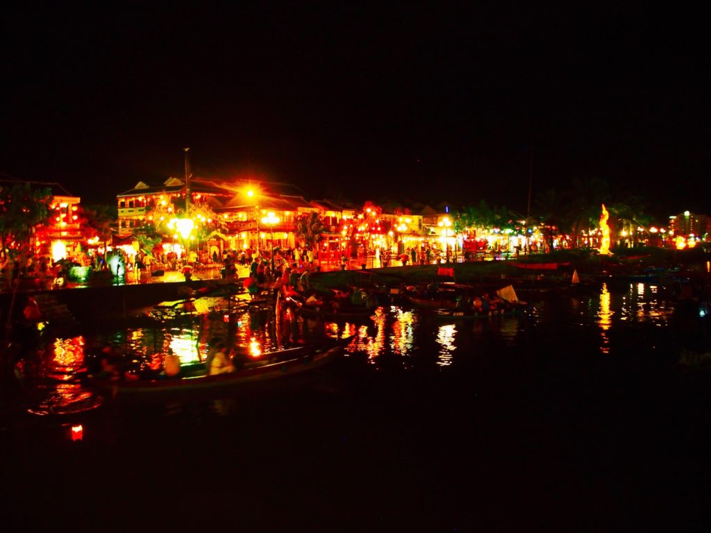 ホイヤンのトゥボン川の夜景