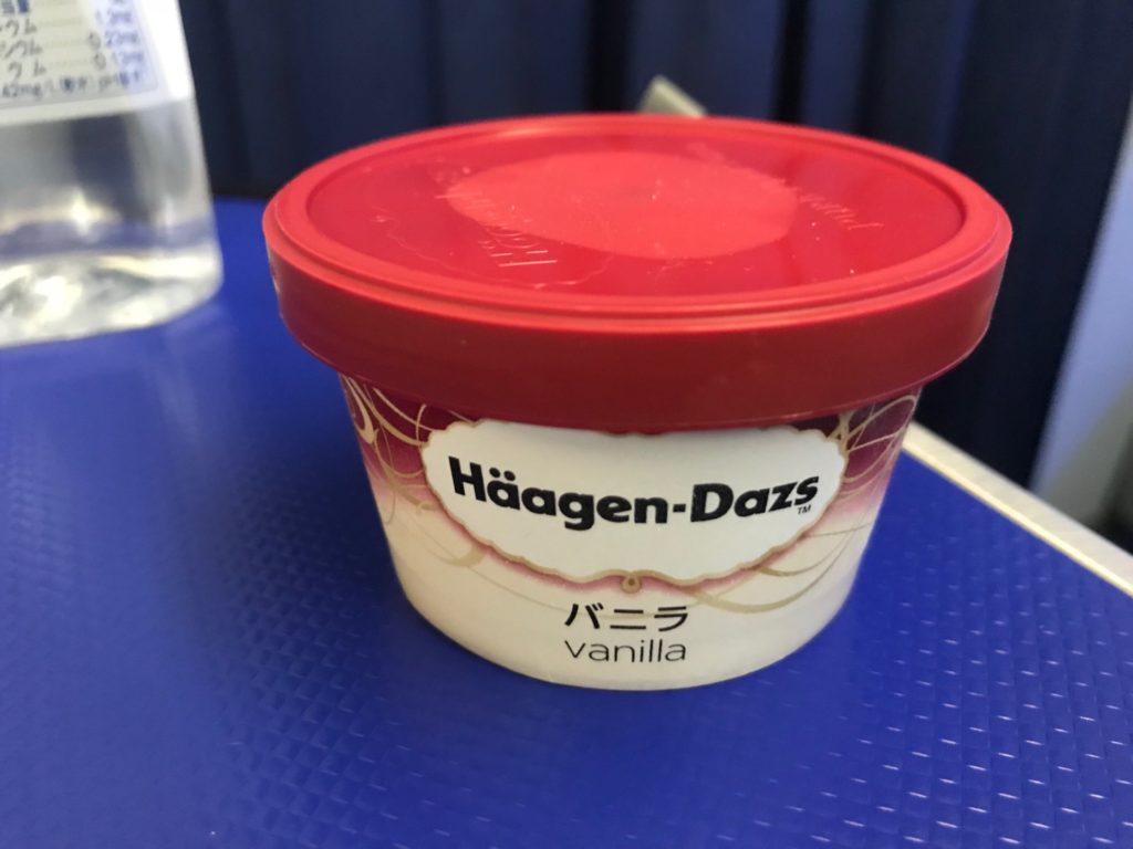 NH10便の機内食の後のハーゲンダッツの写真