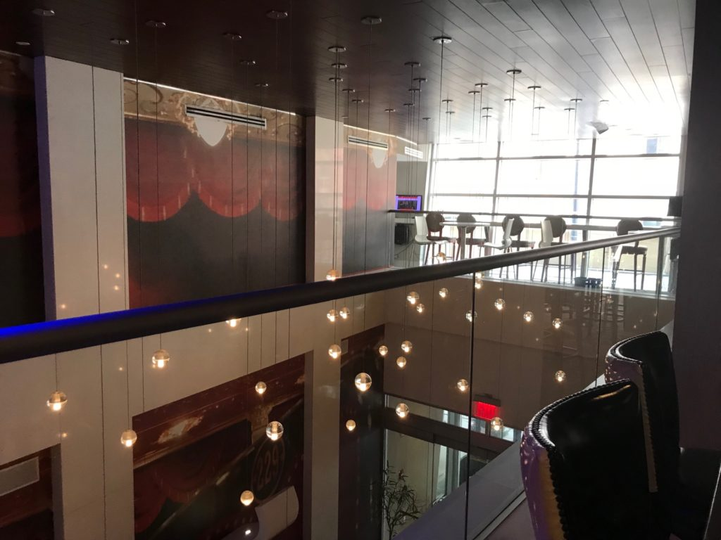 hotel Indigo Brooklynの2階のレストラン横の吹き抜けスペース