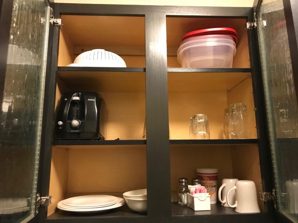 Candlewood Suites Jersey City -Harborsideの客室内の食器棚
