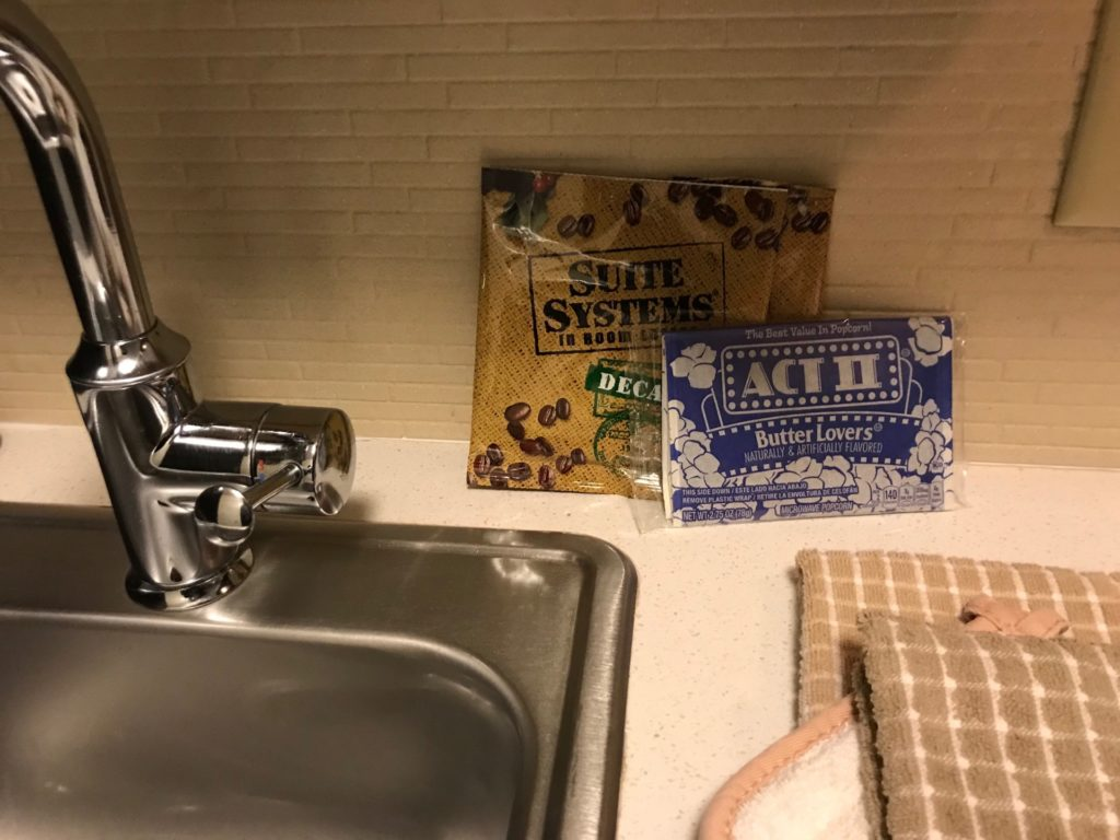 Candlewood Suites Jersey City -Harborsideの客室内のSuite System In Room Decaf とACTⅡ