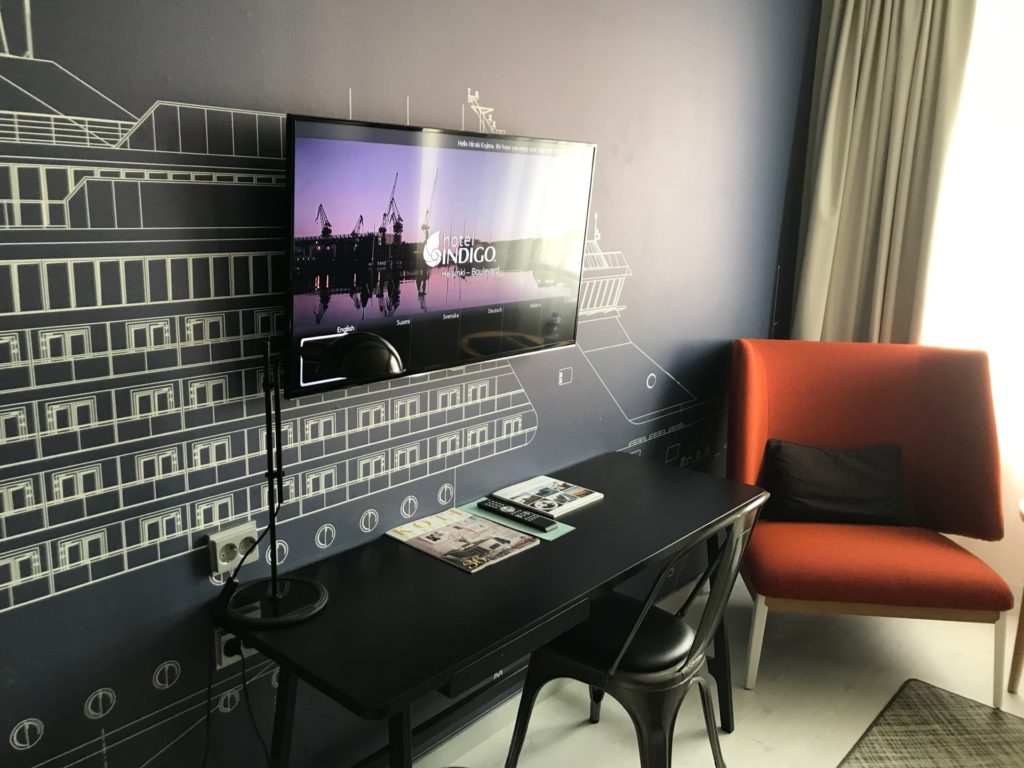 Hotel Indigo Helsinki - Boulevardの客室(スタンダードルーム)の机と椅子