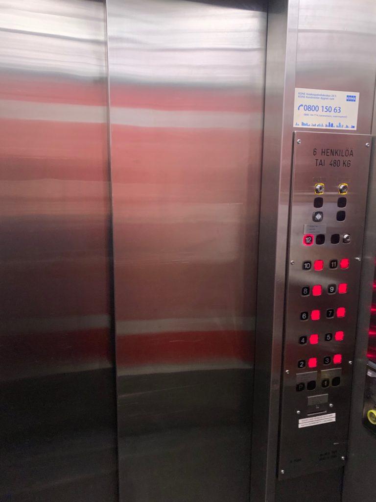 ヘルシンキのアテリエ・バーへのエレベーター