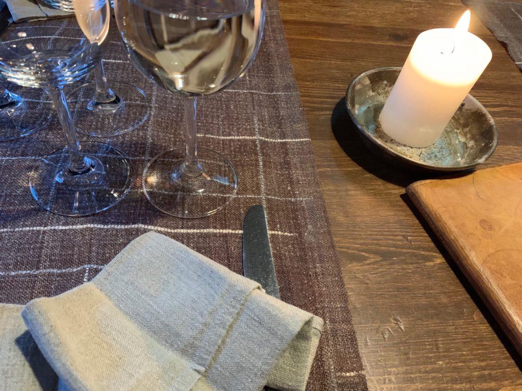 『Lappi Ravintola』のテーブルに置いてある白ワイングラス