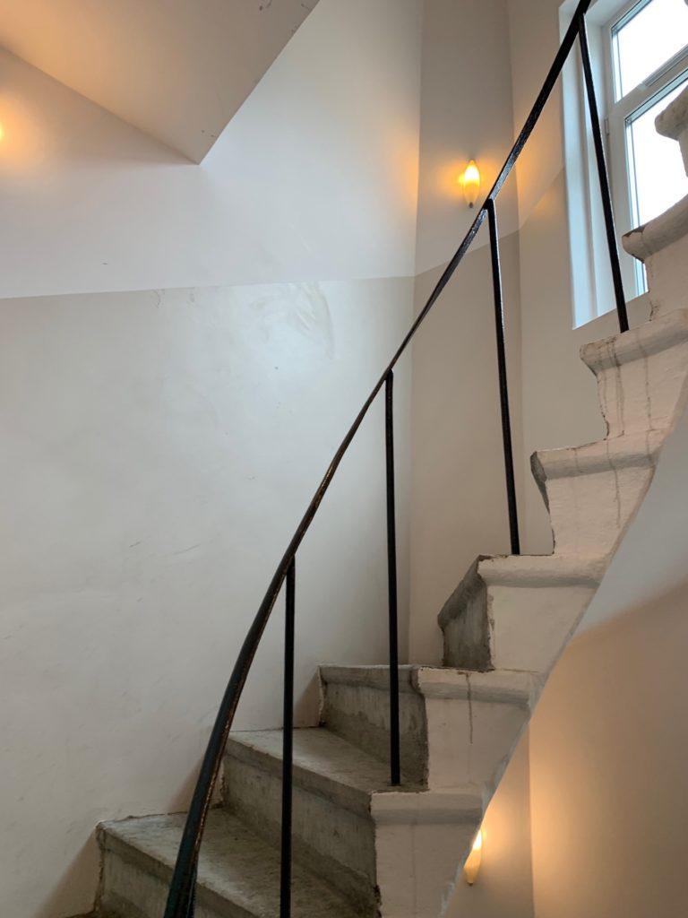 エコノミーホテルの客室フロア通路へ行く階段