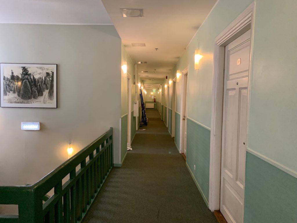 エコノミーホテルの客室フロア通路