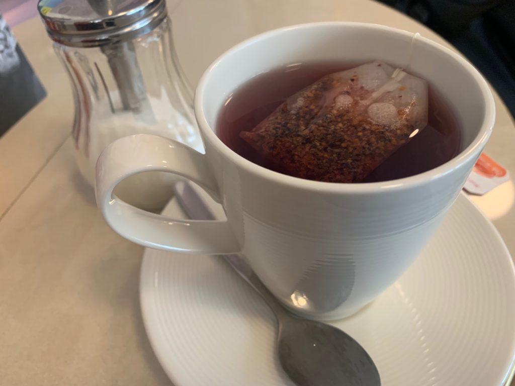 エコノミーホテルのスタッフが入れてくれた紅茶