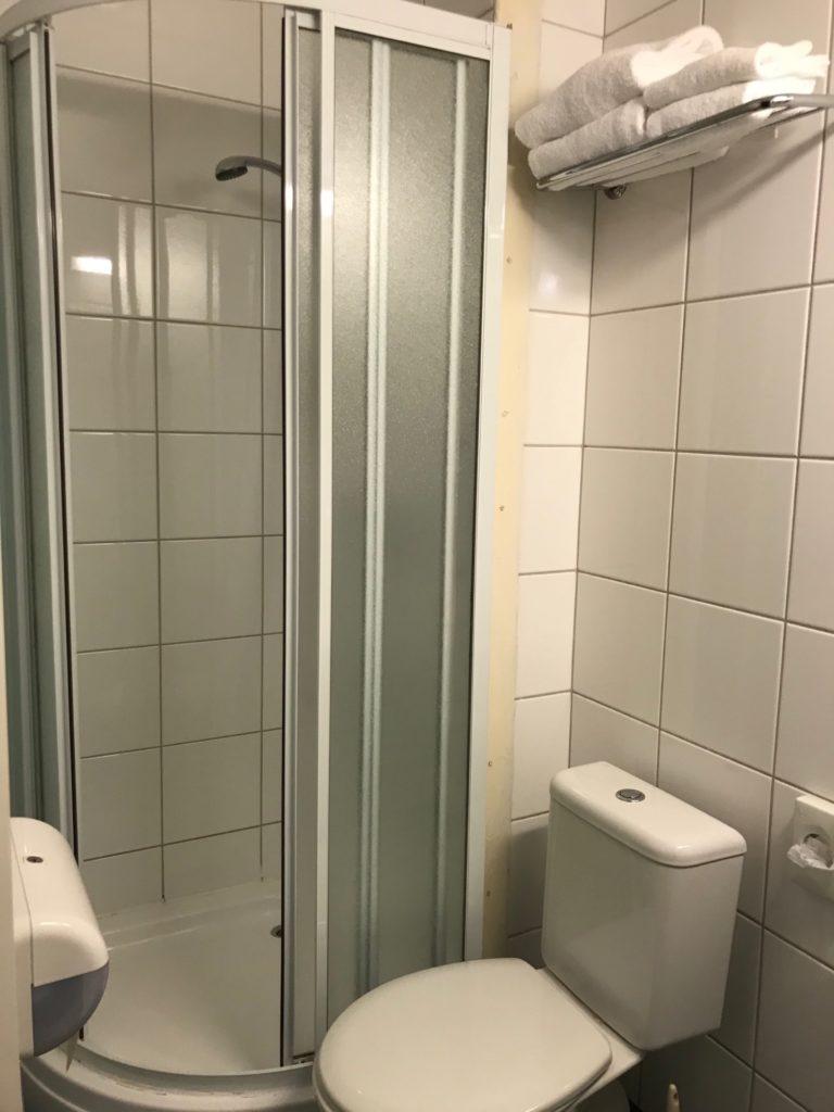 エコノミーホテルの客室のシャワールーム