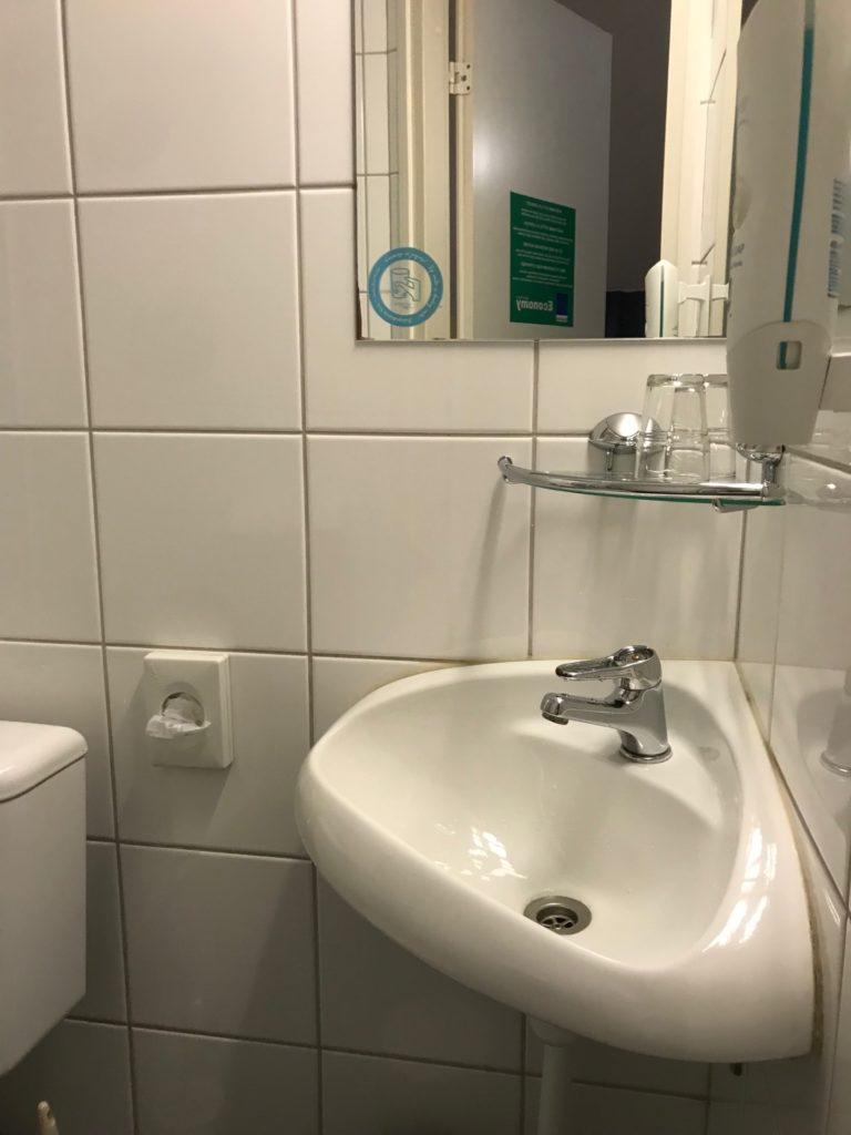 エコノミーホテルの客室の洗面台