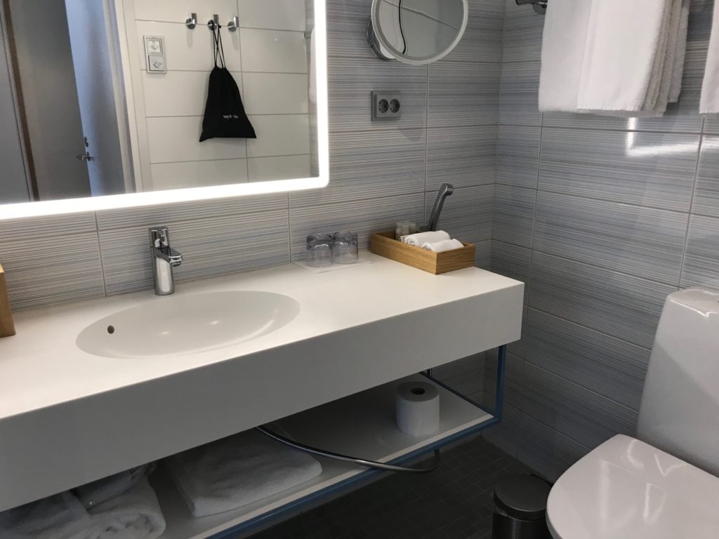 Hotel Indigo Helsinki - Boulevardの客室(スタンダードルーム)のバスルーム・洗面台