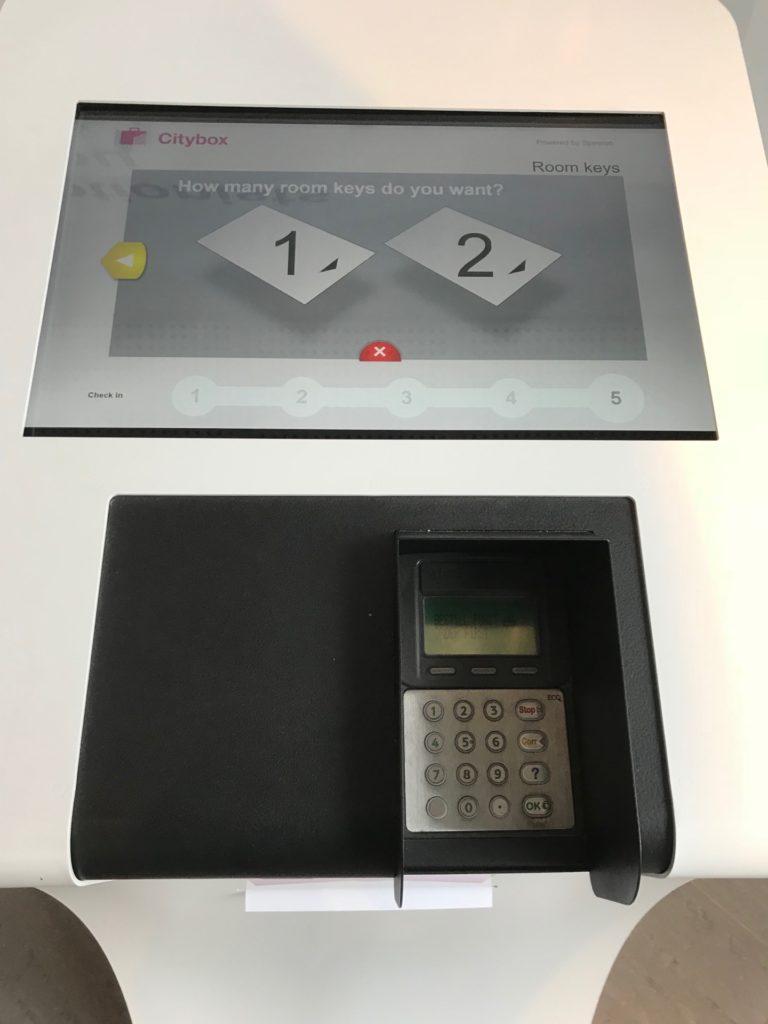 シティボックス オスロのチェックイン機械のモニター