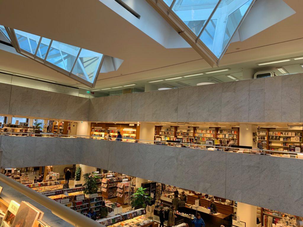 アカデミア書店の建物内の様子