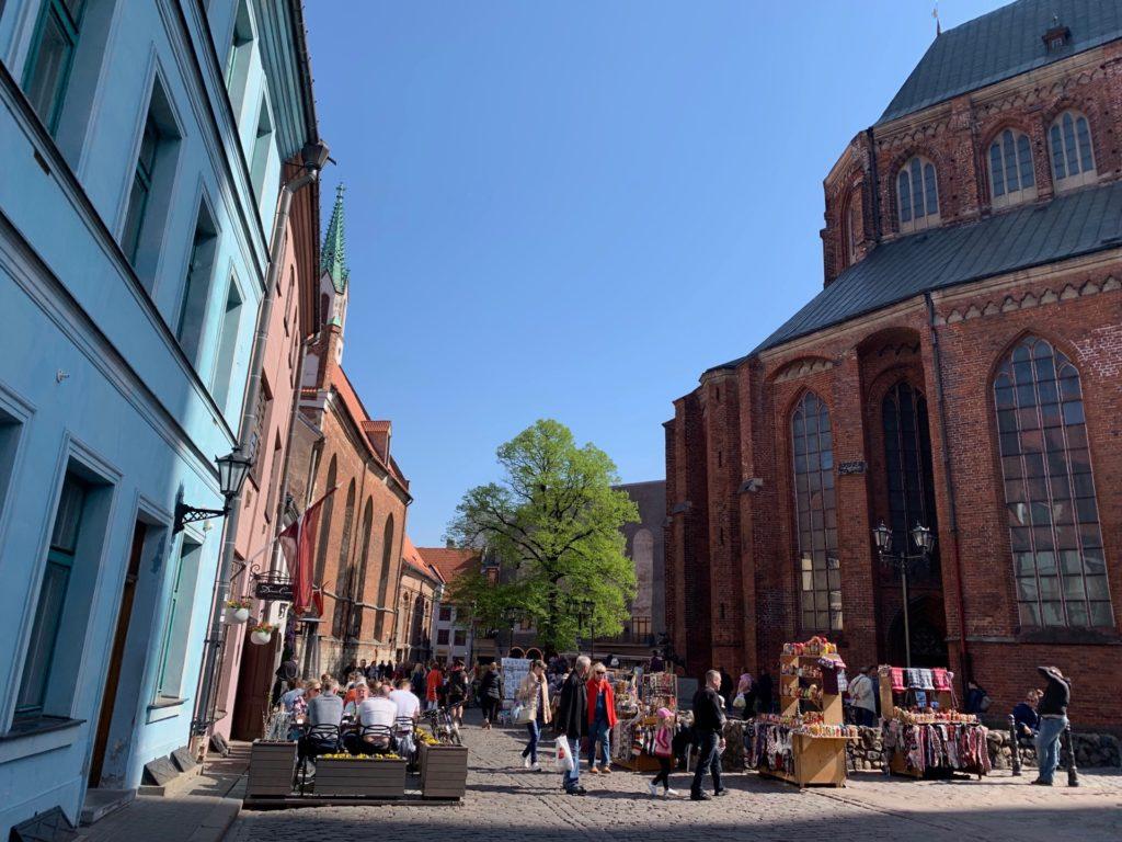 聖ペテロ教会の建物外側の風景