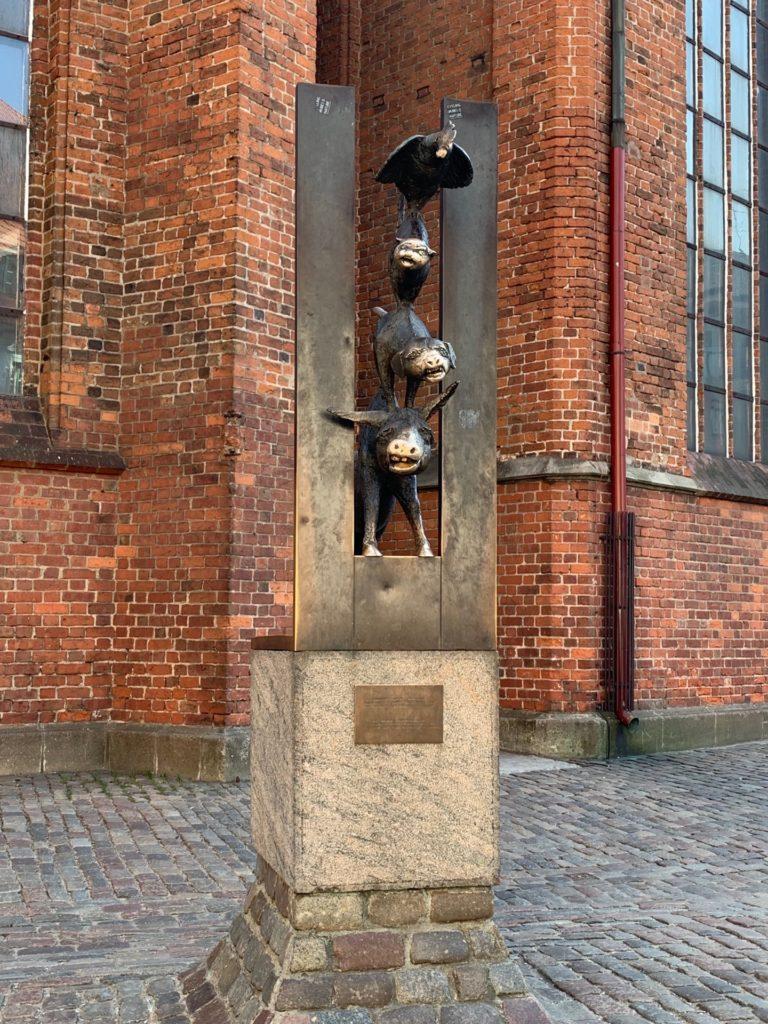 聖ペテロ教会の建物外側にあるブレーメンの音楽隊の銅像