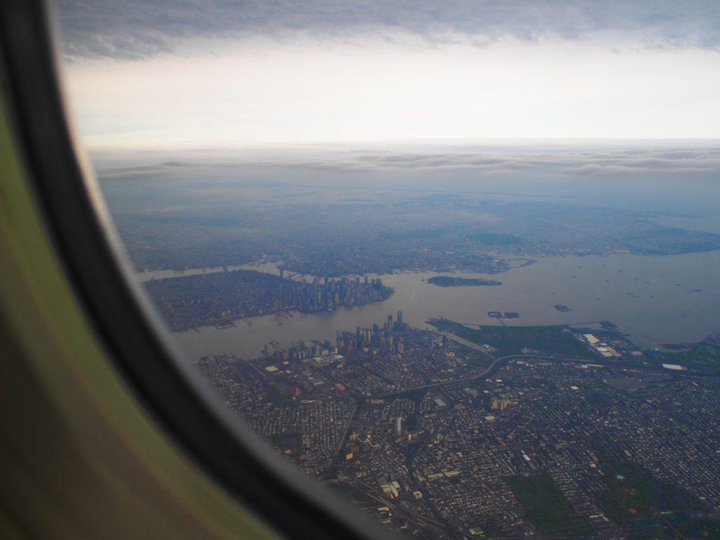 ユナイテッド航空離陸後のマンハッタン高層ビル群の景色
