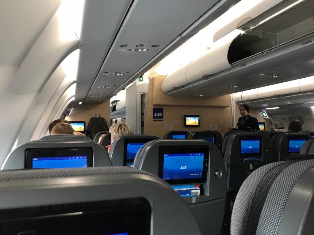 スカンジナビア航空(SK903)のエコノミークラスから見た機内の様子