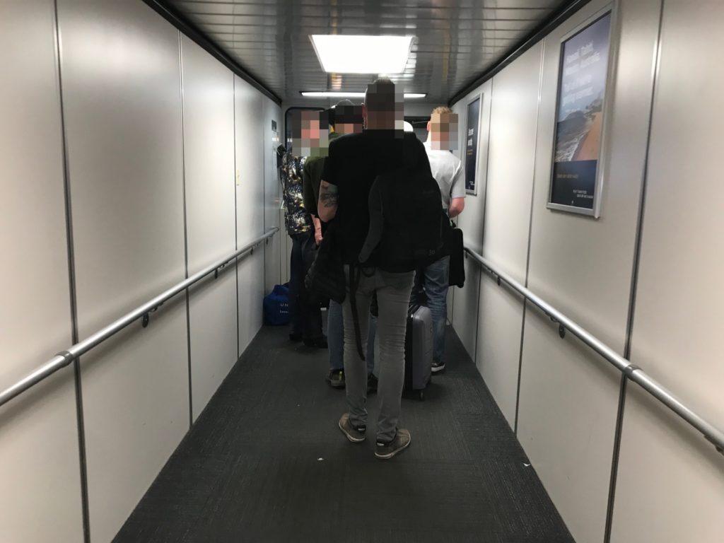 ユナイテッド航空(UA68便)への搭乗中の写真