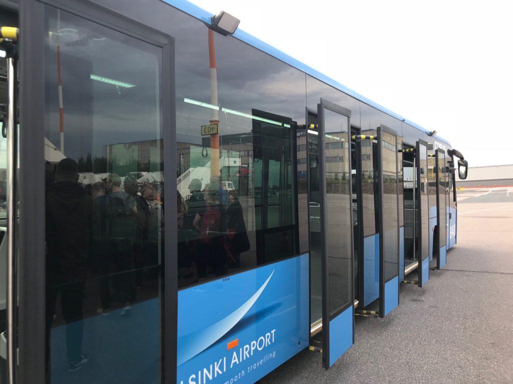 フィンエアー搭乗までのバス