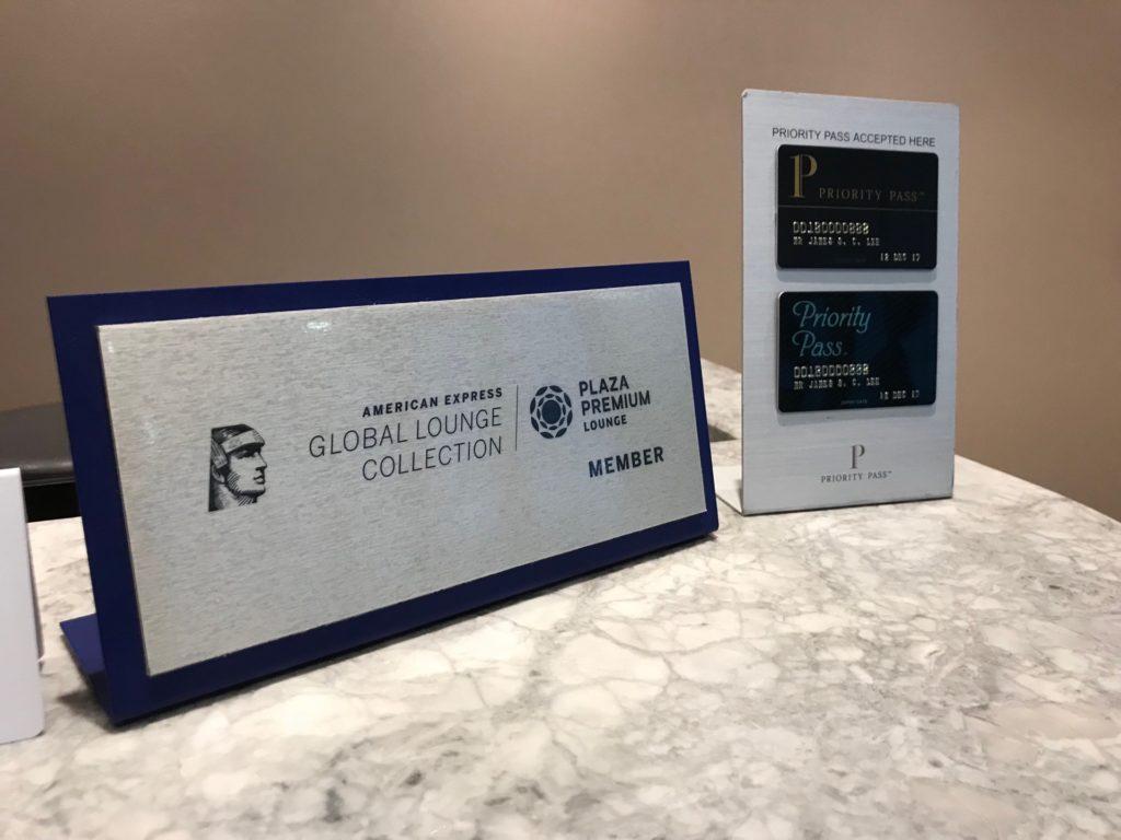 Plaza Premium Loungeの受付にある「アメリカン・エキスプレス・グローバル・ラウンジ・コレクション」会員と「プライオリティパス」会員の表示