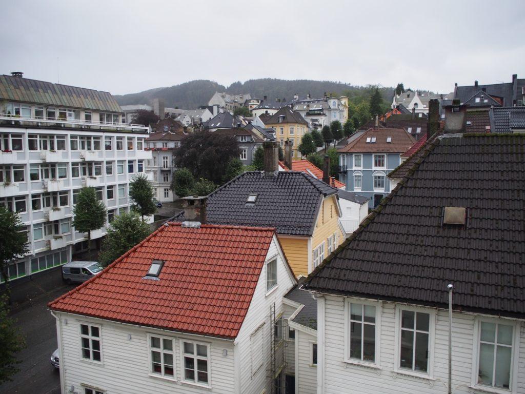 シティボックスベルゲンの客室フロアバルコニーからみた景色