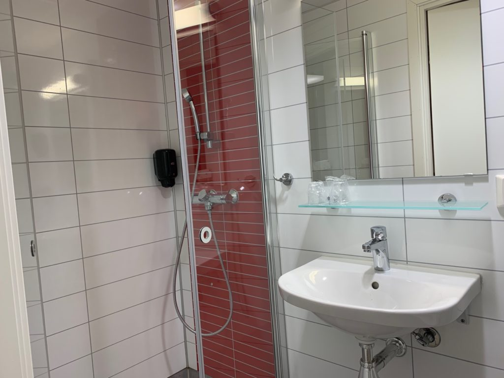 シティボックスベルゲンの客室のシャワーと洗面スペース