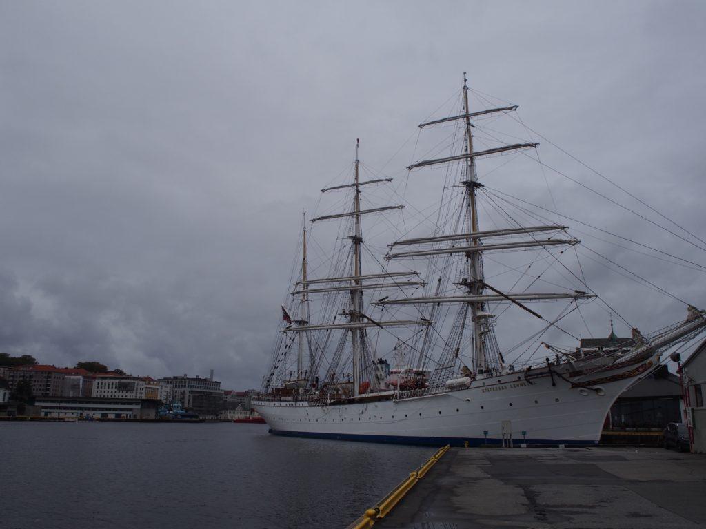 世界遺産・ブリュッゲンの旧倉庫群近くのの船