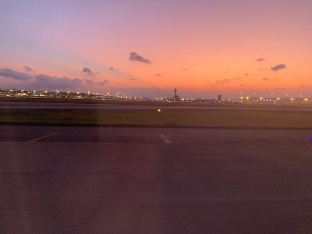 吉祥航空エコノミークラス窓側座席からの景色(上海浦東国際空港)