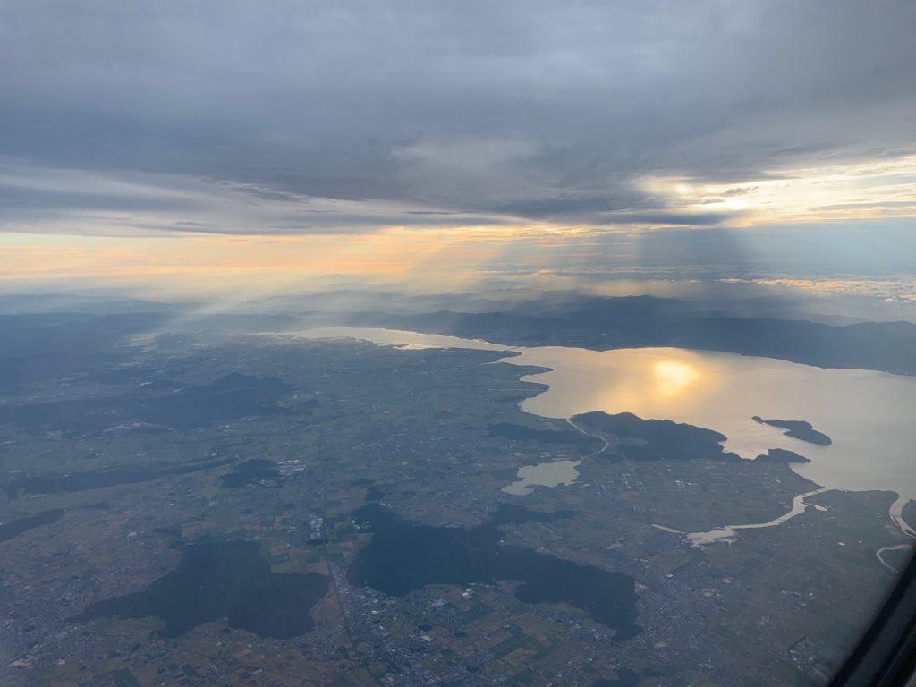 吉祥航空エコノミークラス窓側座席からの景色(琵琶湖)