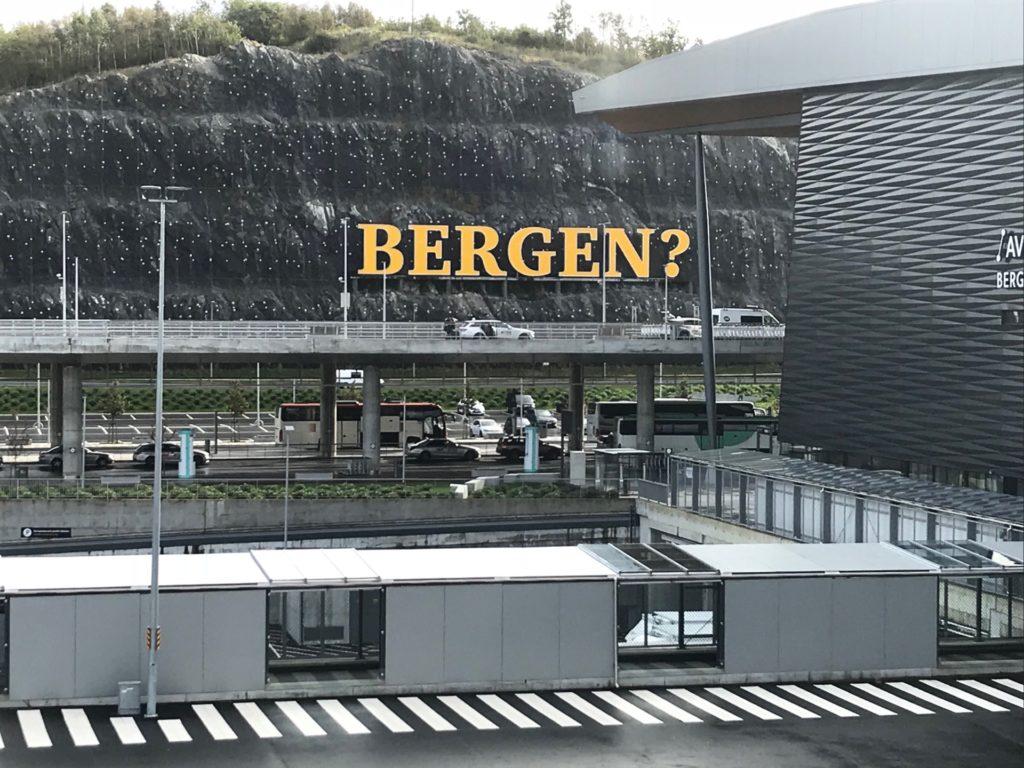 ベルゲン空港の大きな目立つ看板