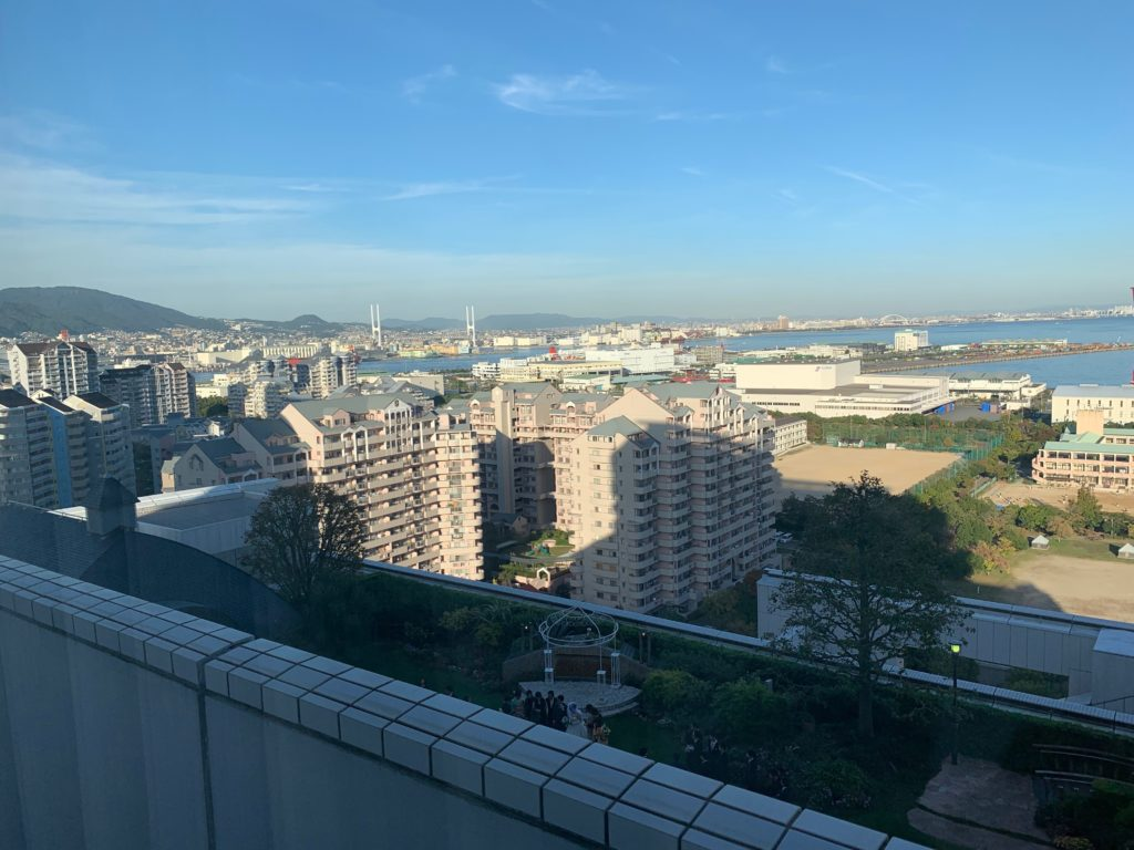 ホテルプラザ神戸の客室(ツインルーム)から見た六甲アイランドの景色