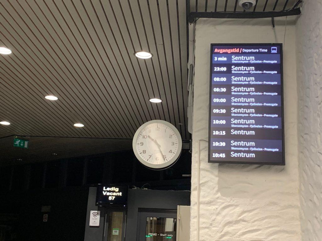 ケーブルカー麓駅の改札口にある時計