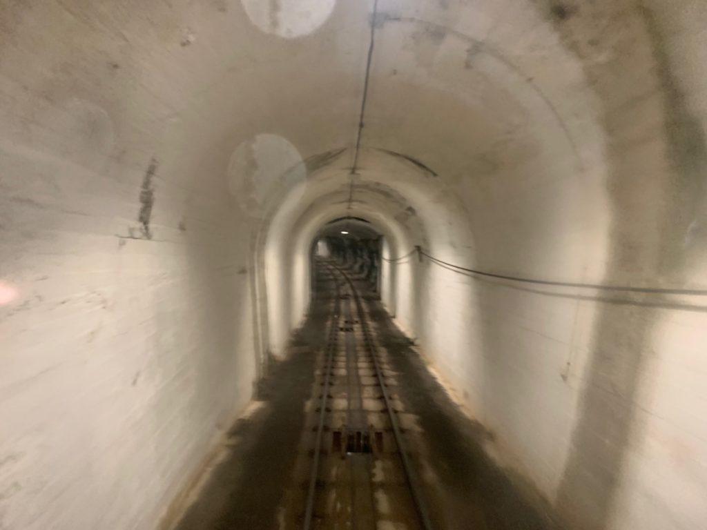 フロイエン山へ向かうケーブルカー車内から見たトンネル